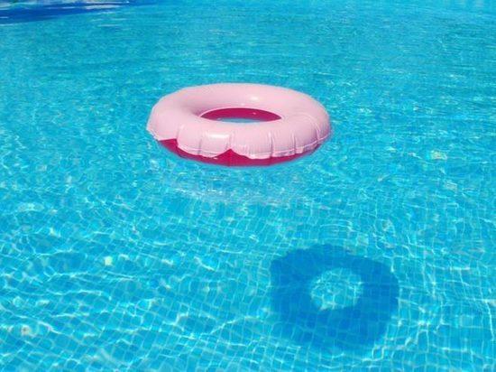 В Турции российскую девочку засосало в бассейн: «Сама не дышит»