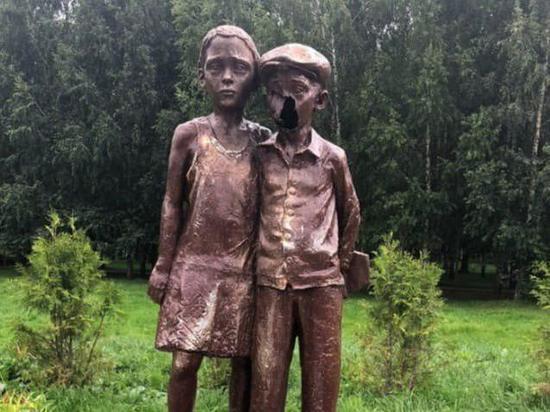 Скульпторы восстановили изуродованный вандалами памятник узникам фашизма в Лобне