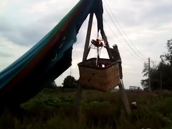 Воздушный шар стуристами повис настолбах вПодмосковье
