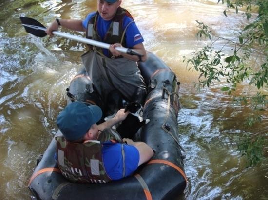 В Хабаровске сотрудники МЧС спасают от наводнения котят