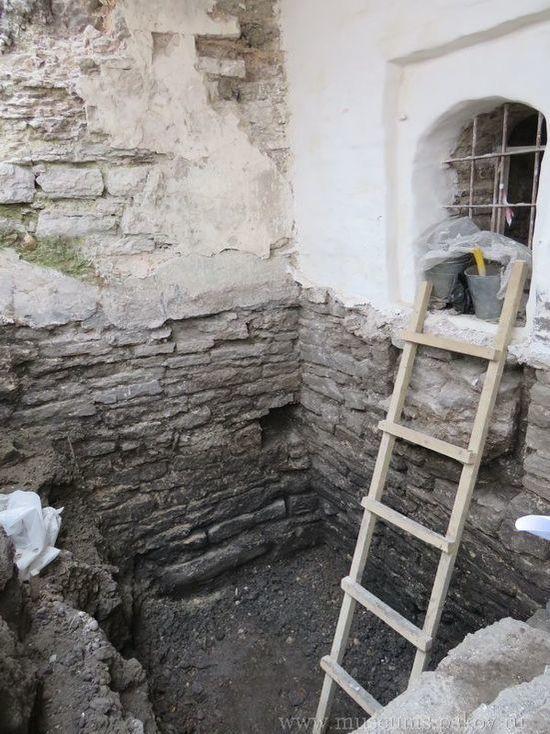 Холодильник из XVII века нашли археологи на раскопках в Пскове