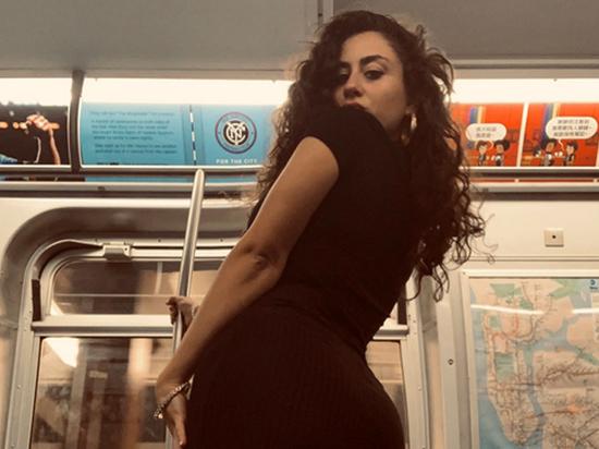 Девушка сделала сексуальные фото в метро и прославилась