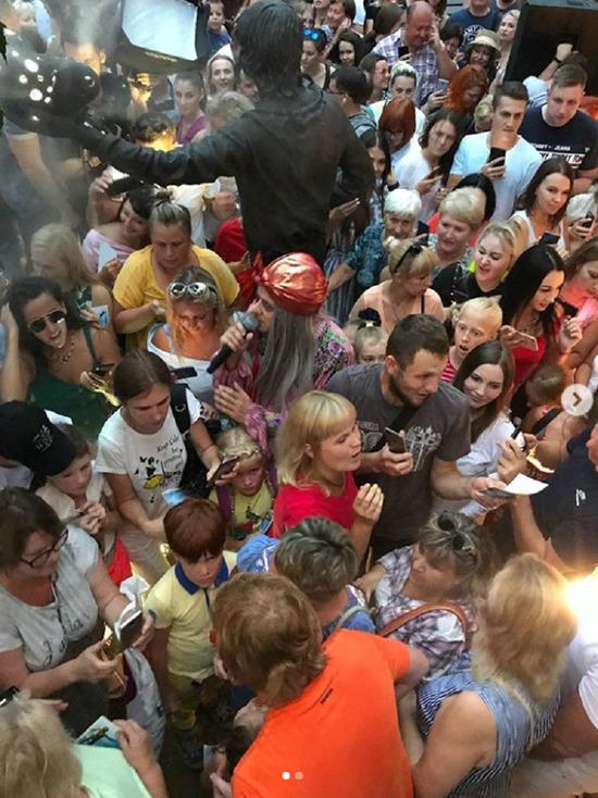 Солист «Иванушек International» Андрей Григорьев-Аполлонов открыл в Сочи памятник себе