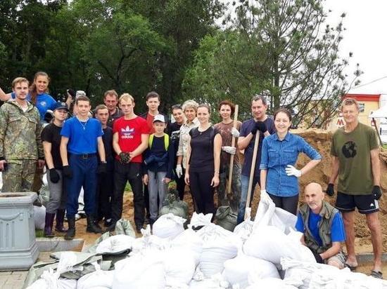 Защищать Хабаровск от наводнения спасателям помогают даже дети