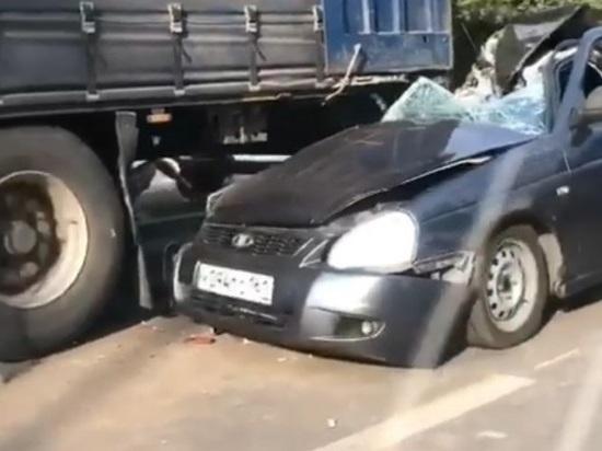В Ростове водитель «Лады» врезался в припаркованную фуру