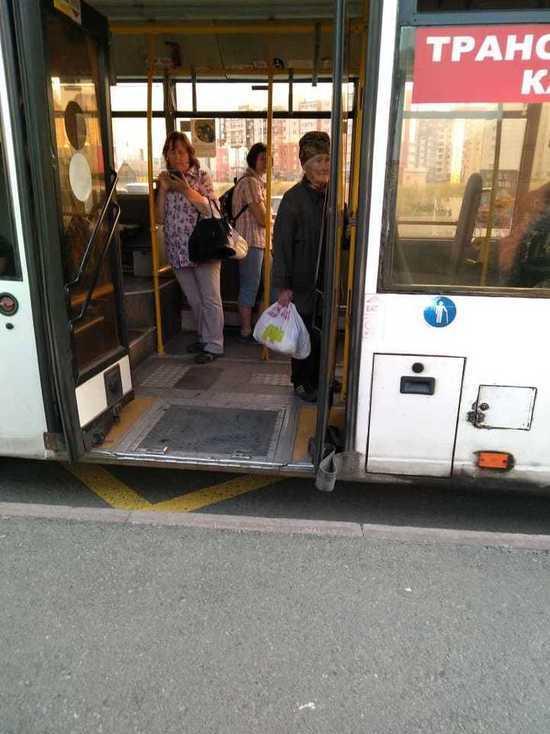 В Кемерове водитель полтора часа выгонял старушку из салона автобуса