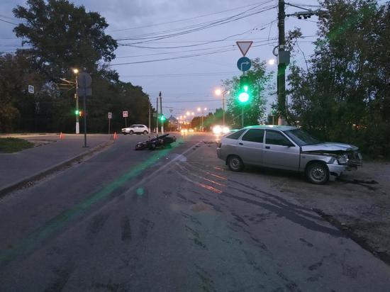 В Твери на Смоленском переулке около 19 часов вечера 21 августа водитель легкового автомоблия сбил мотоциклиста