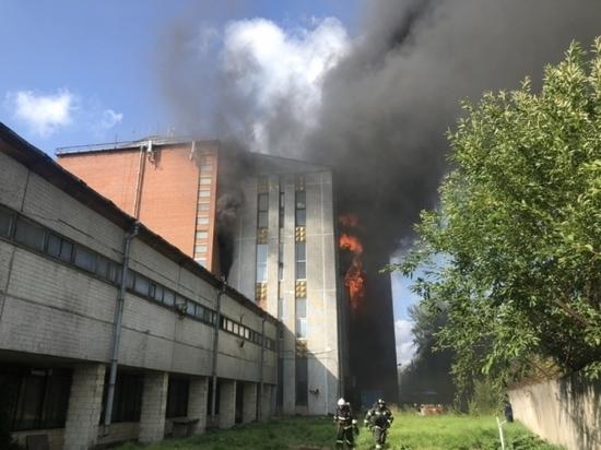 Для борьбы с сильнейшим пожаром на Складской используют вертолет