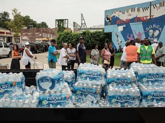 В Ньюарке из-за загрязнения воды свинцом жителям раздают воду в бутылках