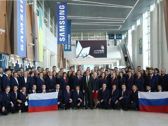 В Казани Медведев пожелал молодежи идти в ногу со временем