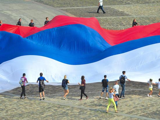 Столица широко отметит День Российского флага