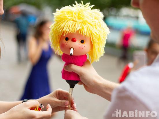 Кукла-курильщица прошлась по Хабаровску