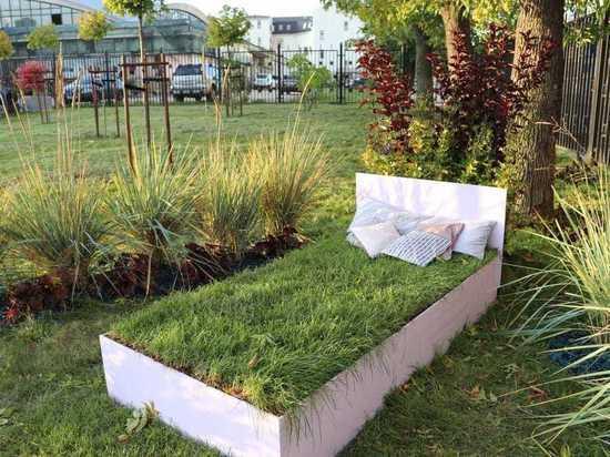 Газон-кровать и зеленый бык появились в Новом парке Калуги