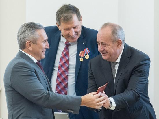 В Большом зале правительства Тюменской области собрались заслуженные люди: ветераны комсомола, почетные работники ТЭК, представители органов власти, общественных объединений