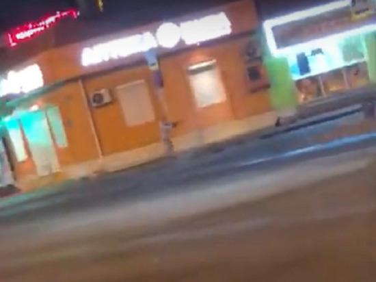 Человек с автоматом добивает ногами лежачего: ещё одно видео краснодарской перестрелки