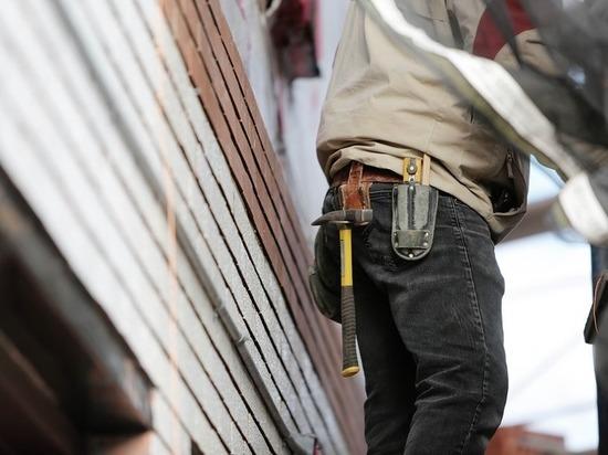 Следователи проводят проверку по факту падения рабочего с пятого этажа