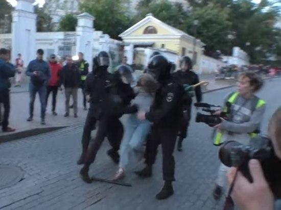 СМИ: ударивший девушку в живот полицейский приехал из-под Ульяновска