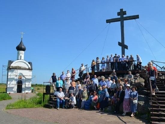 Горсть земли из Западной Двины легла в курган у основания Изборского креста