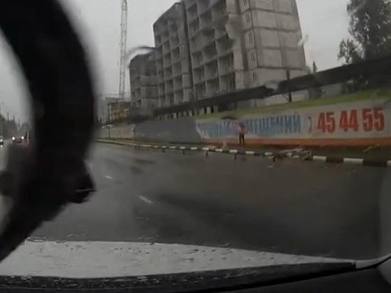 В Ноябрьске школьница провалилась в ливневку под дождем