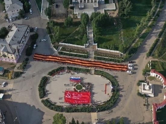 Копию Знамени Победы развернут на площади в Чите участники автомарша