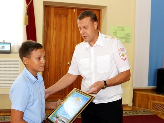 Полицейские в Новороссийске наградили бдительного школьника сообщившего о снаряде времён ВОВ