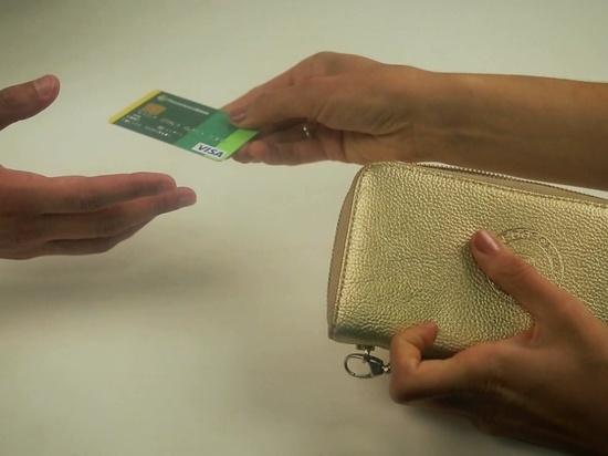 Калмыцкий продавец украла крупную сумму с утерянной покупателем карты