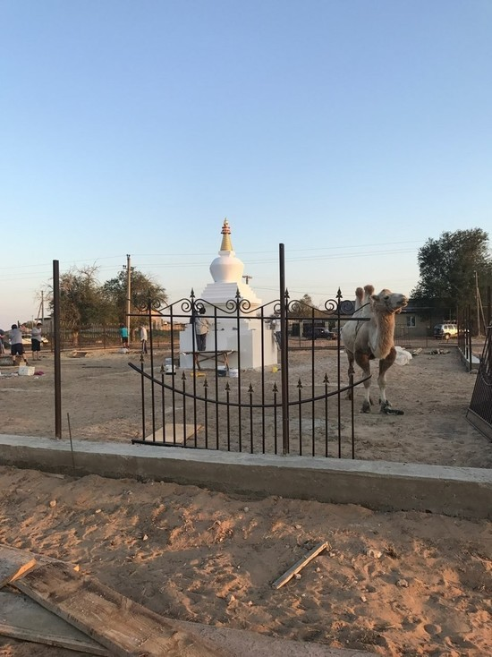 В пустынном калмыцком поселке построена буддийская ступа
