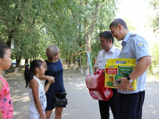 Калмыцкие полицейские помогают собрать детей в школу