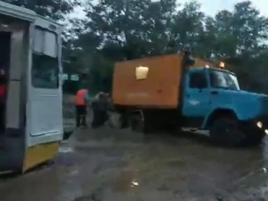 В Улан-Удэ после дождя аварийная машина застряла перед трамваем