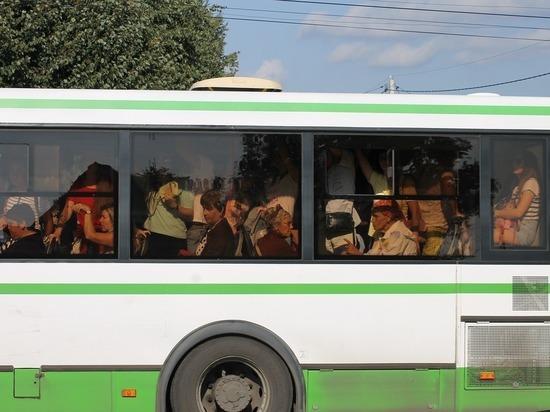В Красноярске женщина с ребенком на ходу выпали из автобуса