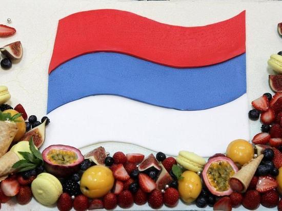Казанским школьникам сборная WorldSkills подарила торт в виде флага