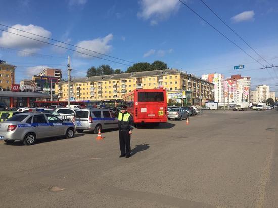 В Кирове автобус «смял» девять машин. Пострадал один человек