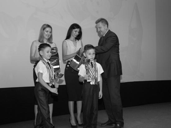 В Астрахани первоклашкам вручили первые школьные ранцы