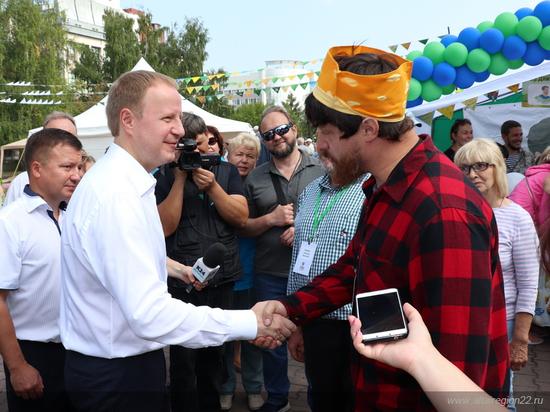 Веселый молочник попросил губернатора Алтайского края помочь ему с гражданством