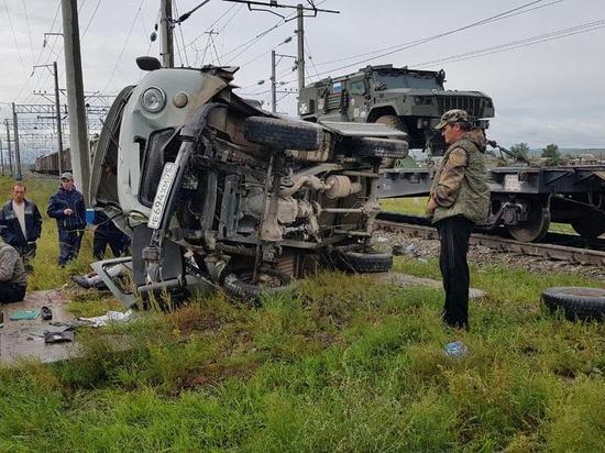 Грузовой поезд снес «Фермера» на переезде в Степи