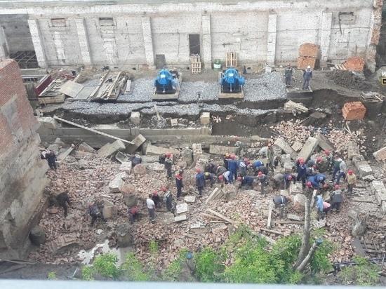 Под развалинами здания в Новосибирске остаются двое рабочих