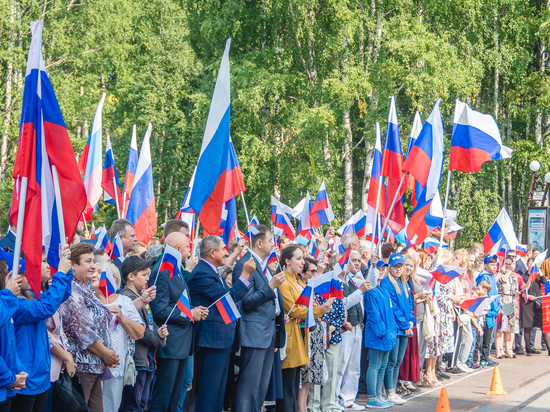 Югорчане отметили день государственного флага