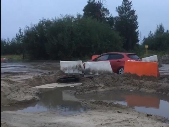 Машины застревают на размытой дороге в Ноябрьске