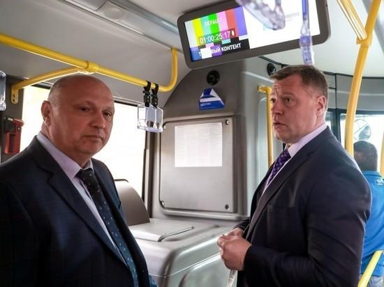 Астраханские чиновники посмотрели на ремонт города через окна синего автобуса