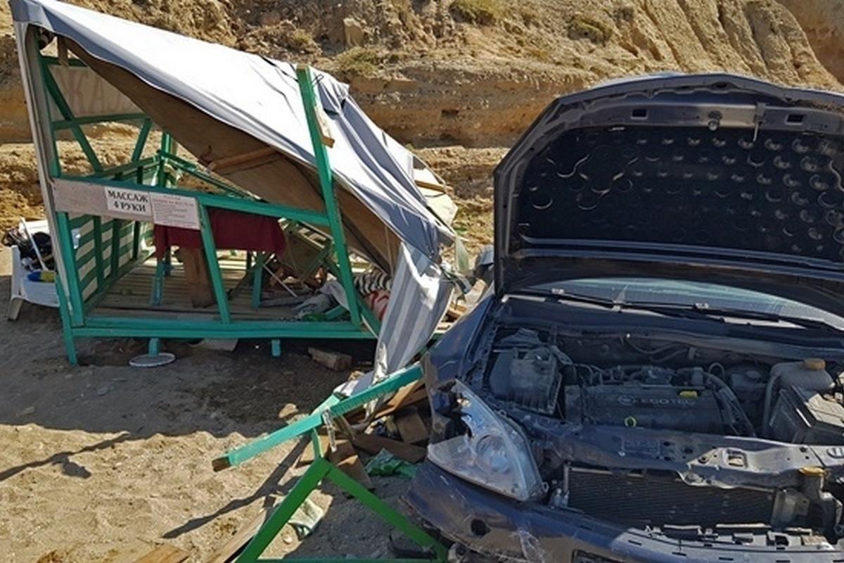 На пляже в Судаке на отдыхающих свалился автомобиль