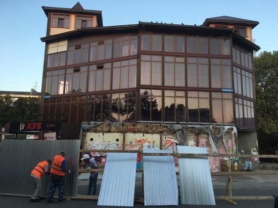 """Столица без """"Куба"""": в Симферополе начали демонтаж торгового центра"""