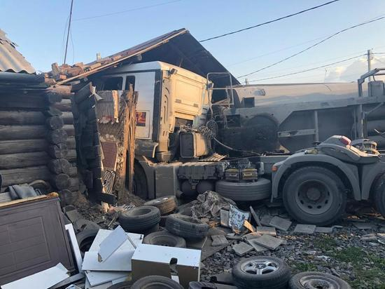 В Новосибирске грузовик въехал в частный дом