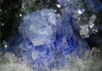 Уникальное месторождение нового минерала открыли на границе Забайкалья