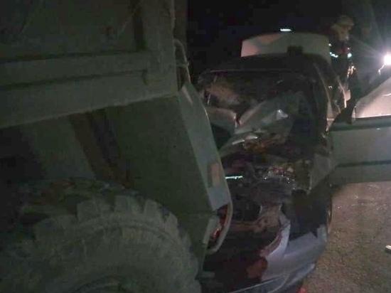 Автоледи погибла, врезавшись на иномарке в грузовик на трассе Ростов-Таганрог