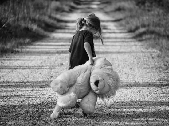 Педофил растлил 5-летнюю девочку, а родственники его пожалели