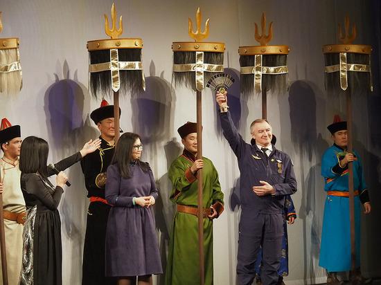 Калмыцкие артисты на церемонии передачи символа Года театра Астрахани