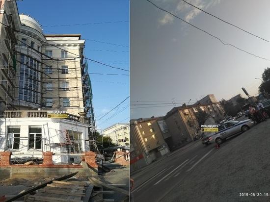 В Новосибирске сильный ветер уронил строительные леса на автомобиль