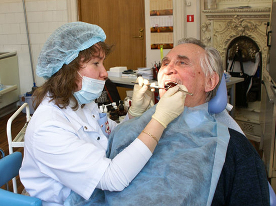 Медики дали советы пенсионерам по сохранению здоровья зубов