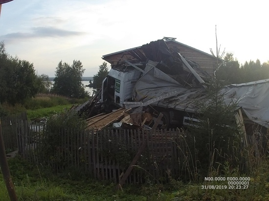 Пьяный водитель фуры врезался в жилой дом в Кондопоге: пострадала девочка