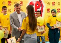 Александр Терентьев наградил самых прилежных и спортивных алтайских школьников